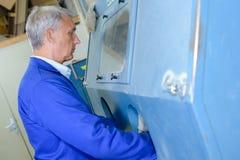 Maskin för fungerings för fabriksmanarbetare arkivfoton