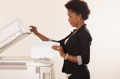 Maskin för funktionsduglig kopia för kontorskvinna Arkivbilder
