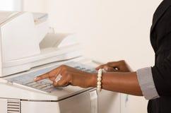 Maskin för funktionsduglig kopia för kontorskvinna Arkivfoto