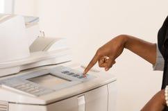 Maskin för funktionsduglig kopia för kontorskvinna Arkivfoton