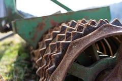 Maskin för lantgård för gammal rostig lantbrukrulle jordbruks- royaltyfri foto