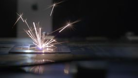Maskin för laser-gravyr Special utrustning för att klippa på hårda material Automation- och precisionsystem Cnc-laser arkivfilmer
