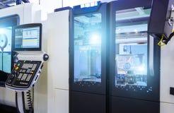 Maskin för MetalworkingCNC-malning Modern bearbeta teknologi för bitande metall Litet djup av sätter in Autentisk varning - arkivfoton