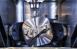 Maskin för MetalworkingCNC-malning Modern bearbeta teknologi för bitande metall Litet djup av sätter in Autentisk varning - arkivfoto