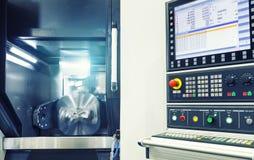 Maskin för MetalworkingCNC-malning Modern bearbeta teknologi för bitande metall Litet djup av sätter in Autentisk varning - royaltyfri foto
