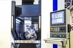 Maskin för MetalworkingCNC-malning Modern bearbeta teknologi för bitande metall Litet djup av sätter in Autentisk varning - Royaltyfria Foton