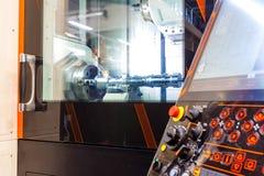 Maskin för MetalworkingCNC-malning Modern bearbeta teknologi för bitande metall Litet djup av sätter in Autentisk varning - Arkivbild