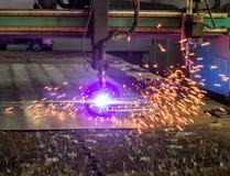 Maskin för modernt automatiskt plasmalaser-klipp av metaller, plasmaklipp med laser och laser, gnistor arkivbild