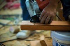Maskin för molar för arbetarbruk wood till malande wood yttersida som ska slätas Royaltyfri Fotografi