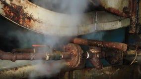 Maskin för motorångamakt i gammal fabrik stock video