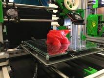 maskin för printing som 3d skrivar ut ett stycke av plast- Arbetande prin 3d Royaltyfri Bild