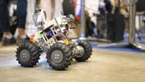 Maskin för robotteknik Skrivmaskin för barn` som s är tekniskt avancerad Robotar målar i bilfabrik cybernetic stock video