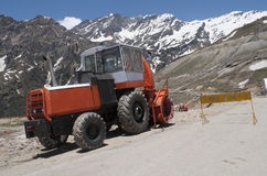 Maskin för snöborttagning på den stängda vägen Manali-Leh Himalayasna, Indien Arkivfoton
