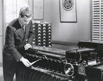 Maskin för sortering för manfungeringsfingeravtryck arkivfoto