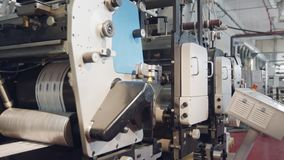 Maskin för stor utskrift i en utskrivande fabrik arkivfilmer