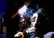 Maskin för svetsning för welder för arbetarsnittmetall Arkivfoto