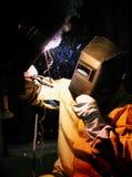 Maskin för svetsning för welder för arbetarsnittmetall Royaltyfri Fotografi