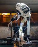 Maskin för svetsningrobotar i en bilfabrik, Arkivfoton
