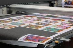 Maskin för tillverkningen av följetong- och cirkulationsprodukter i olika branscher royaltyfria foton