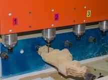 Maskin för Wood gravyr som specialiserar i mänsklig staty för gravyr, Buddhastaty, hemslöjder och antikt möblemang royaltyfria bilder