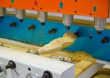 Maskin för Wood gravyr som specialiserar i mänsklig staty för gravyr, Buddhastaty, hemslöjder och antikt möblemang royaltyfri fotografi