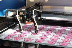 Maskin f?r att klippa textiler Klippa den programmerade bilden fotografering för bildbyråer