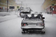 Maskin i snön på vägen Royaltyfri Fotografi