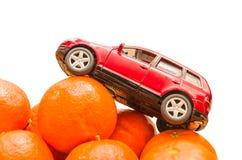 Maskin på orange apelsiner Arkivbild