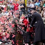 Maskin som kastar stora röda konfettier royaltyfri fotografi