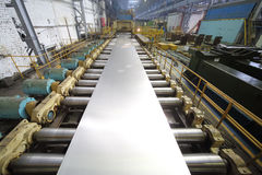 Maskinen av rullande maler från ett kvarter av aluminium gör ett ark Royaltyfri Fotografi
