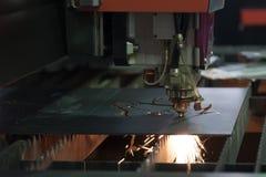 Maskinen för CNC-laser-snitt Fotografering för Bildbyråer