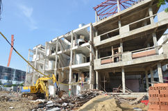 Maskinen för demolerar eller drar ner byggnadsstrukturen i Thailand royaltyfria bilder