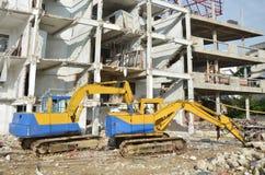 Maskinen för demolerar eller drar ner byggnadsstrukturen i Thailand arkivfoto
