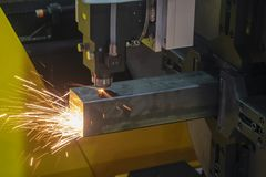 Maskinen f?r klipp f?r CNC-fiberlaser att g?ra gravyr p? det fyrkantiga rostfria r?ret royaltyfri foto