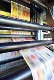 Maskinen för rulloffsettrycket i ett stort tryck shoppar för produktionnolla royaltyfri fotografi