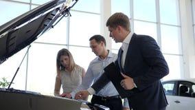 Maskinen, maken och frun för manblickmotor väljer det nya medlet, den yrkesmässiga underhållsköparebilen, chefautomatisk stock video