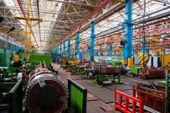 Maskinen shoppar av metallurgical arbeten hyr rum inomhus Bearbeta med maskin av metall, genom att klippa på en vända och malning arkivbild