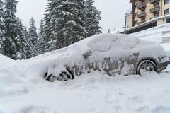 Maskinen täckas med snöhäftiga snöstormen Dåligt väder Mycket snö royaltyfri fotografi