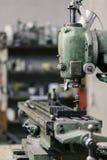 Maskiner för att mala och att mala av metall royaltyfria bilder