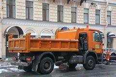 Maskiner för snöborttagning på gatan Arkivfoto