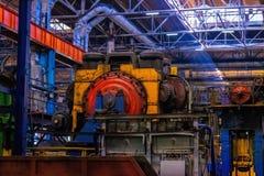 maskiner, utrustning och tungt järn som stämplar i det industriellt, shoppar smedjaväxten Tillverkning av automatiskdelar royaltyfri bild