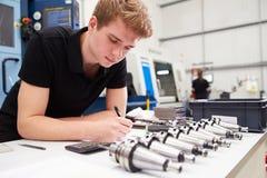 Maskineri för teknikerPlanning Project With CNC i bakgrund Royaltyfria Bilder