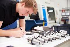 Maskineri för teknikerPlanning Project With CNC i bakgrund Royaltyfri Fotografi