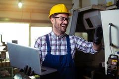Maskineri f?r teknikerOperating CNC i fabrik royaltyfri bild