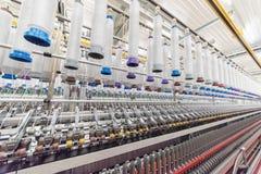 Maskineri och utrustning i ett snurrproduktionföretag royaltyfria bilder