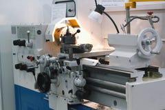 Maskineribransch - lathe maskinen på metalltillverkning royaltyfri fotografi