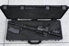 Maskingevär i resväska Royaltyfri Bild