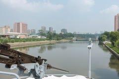 Maskingevär på skepppuebloen i bakgrund Pyongyang Fotografering för Bildbyråer