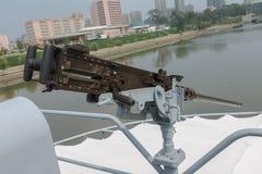Maskingevär på skepppuebloen i Pyongyang Arkivbild