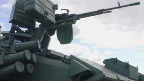Maskingevär på tornet av behållaren på harneskutställningen 2018 arkivfilmer